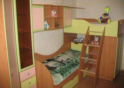 Обзавеждане за детска стая по поръчка с двуетажно легло от ПДЧ череша,резеда и розово