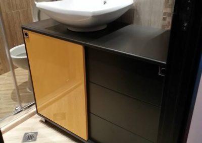 Шкафове от ПВЦ по поръчка в жълто и тъмно кафяво (2)