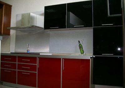 1111. Кухня по поръчка червено и черно МДФ гланц