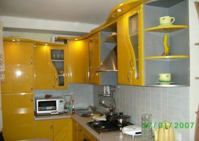 1120. Кухня по поръчка патешко жълто МДФ гланц