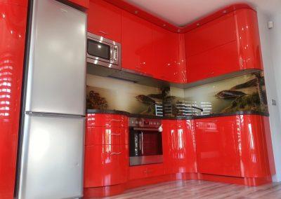 13477. Кухня по поръчка от МДФ с огънати врати червен гланц