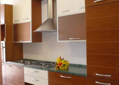 1210. Кухня по поръчка МДФ - естествен фурнир цвят череша и детайли крем мат