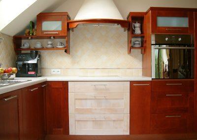 1232. Кухня по поръчка МДФ естествен фурнир цвят калвадос и детайли с патина