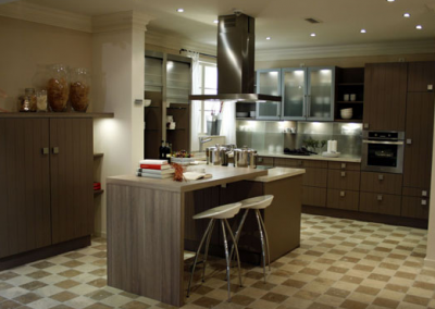 1247. Кухня по поръчка МДФ естествен фурнир цвят орех