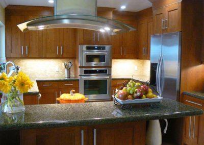 1256. Кухня по поръчка МДФ естествен фурнир цвят череша
