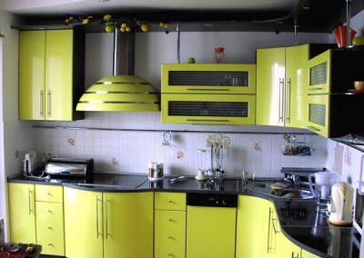 1301. Кухня по поръчка МДФ огъната в светло зелено гланц и черно