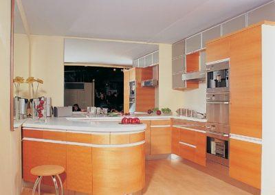 1302. Кухня по поръчка МДФ с огънат барплот фурнир дъб файнлайн цвят светла череша