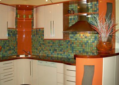1306. Кухня по поръчка МДФ огъната гланц млечно оранжево и крем