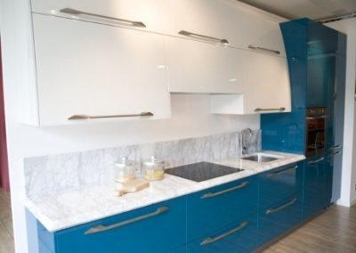 1307. Кухня по поръчка МДФ с огънати горни шкафове гланц бяло и синьо