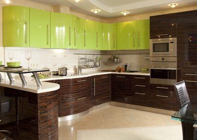 1309. Кухня по поръчка МДФ огъната с барплот гланц зелено и абанос