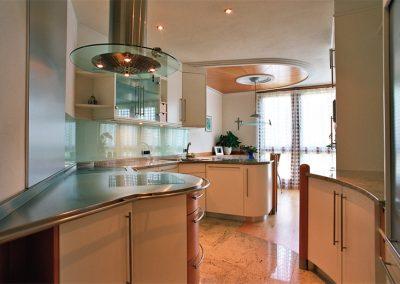 1310. Кухня по поръчка МДФ огъната крем и светла череша мат