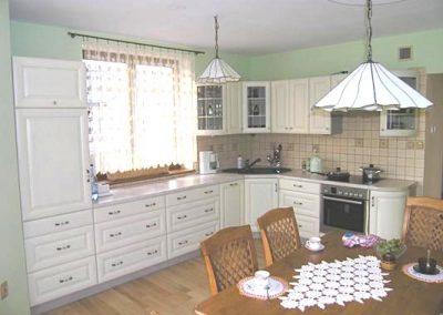 1317. Кухня по поръчка МДФ огънати детайли и стъкла бяла сатен