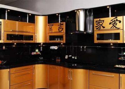 1329. Кухня по поръчка МДФ огъната оранжево металик с принт йероглифи