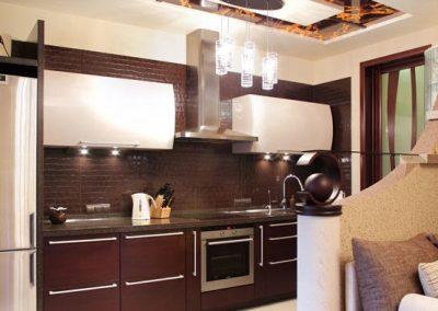 1335. Кухня по поръчка от МДФ със заоблени горни шкафове бели гланц; долни шкафове фурнир цвят махагон