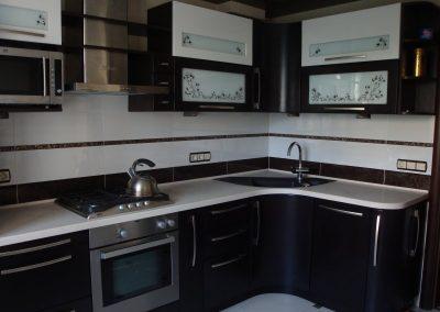 1343. Кухня по поръчка от МДФ огъната черно и бяло мат