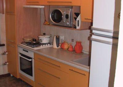1344. Кухня по поръчка от МДФ с огънати горни шкафове оранжево мат