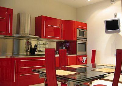 1351. Кухня по поръчка от МДФ огъната червено гланц