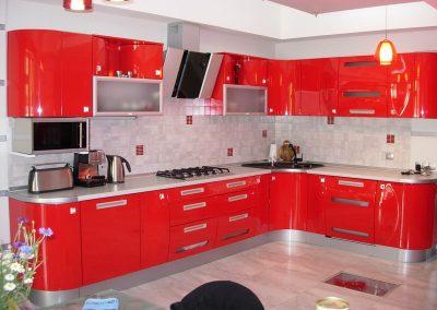 1352. Кухня по поръчка от МДФ огъната червено гланц