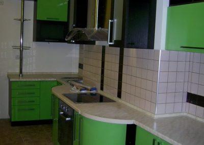 1353. Кухня по поръчка от МДФ огъната зелено и черно гланц