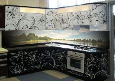 1354. Кухня по поръчка от МДФ огъната бяло и черно гланц с принт цветя