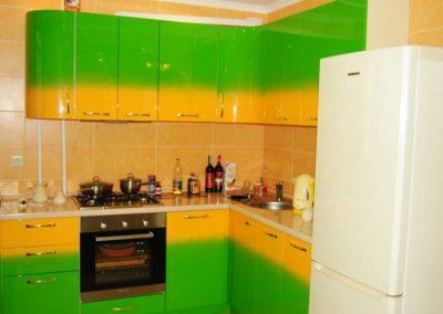 1356. Кухня по поръчка от МДФ огъната преливащи цветове жълто и зелено гланц