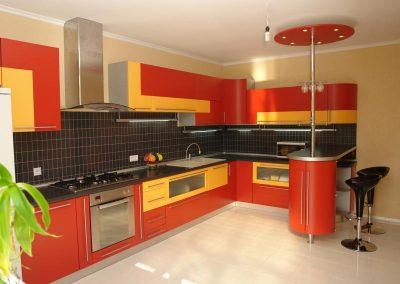 1357. Кухня по поръчка от МДФ огъната жълто и доматено червено мат