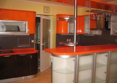 1360. Кухня по поръчка от МДФ огъната оранжево и черно гланц