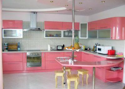 1368. Кухня по поръчка от МДФ огъната розово гланц