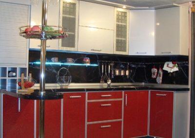 1423. Кухня по поръчка от ПДЧ бяло и черно гланц