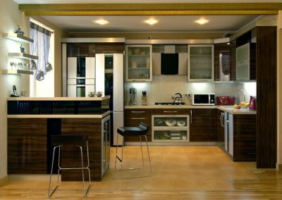 1429. Кухня по поръчка от ПДЧ тъмен орех с лак гланц