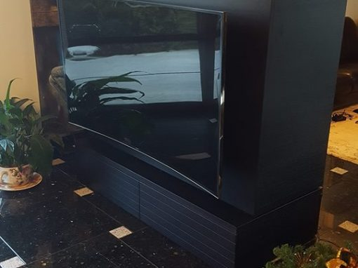 Въртящ се ТВ шкаф с витрина за чаши