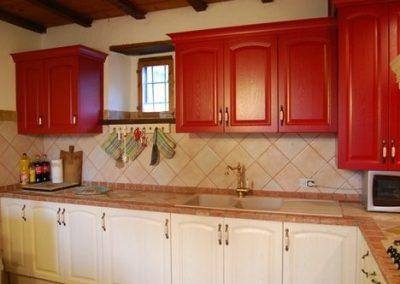 1615. Кухня по поръчка от МДФ с PVC покритие червено дърво и бяло