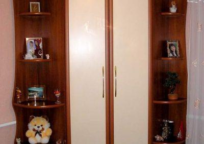 1813. Ъглов гардероб по поръчка с врати МДФ рамки тъмна череша и бежаво
