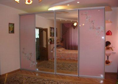 1941. Гардероб по поръчка с плъзгащи врати розово стъкло и принтирани цветя и огледало