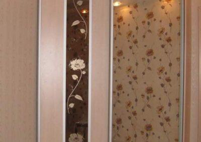 1944. Гардероб по поръчка с плъзгащи врати ПДЧ бреза и огледало с принтирани цветя