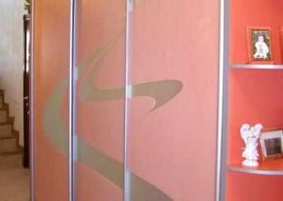 1948. Гардероб по поръчка с плъзгащи врати матирано стъкло с боядисани розови орнаменти