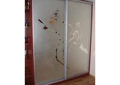 1954. Гардероб по поръчка с плъзгащи врати матирано огледало с декорации