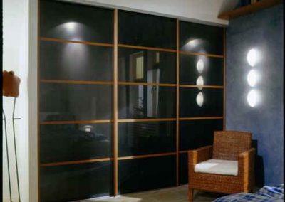 1955. Гардероб по поръчка с плъзгащи врати стъкло черен лакобел и рамки декор дъб