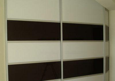 1965. Ниши затворени с плъзгащи врати със стъкло черен и бял лакобел по поръчка