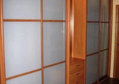 1968. Гардероб по поръчка с плъзгащи врати стъкло лакобел бял и рамки череша