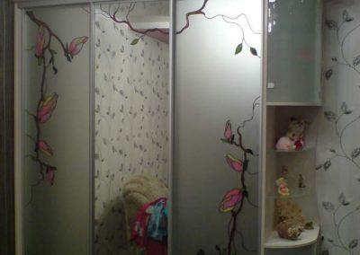 1980. Гардероб по поръчка с плъзгащи врати огледало и матирано огледало с рисувани цветя