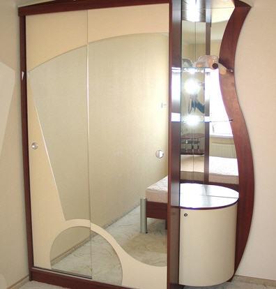 1983. Гардероб по поръчка с плъзгащи врати с огледало и надлепка МДФ бежов мат