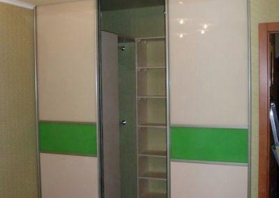 1987. Малка гардеробна ниша затворена с плъзгащи врати със стъкло лакобел зелен и бежов по поръчка