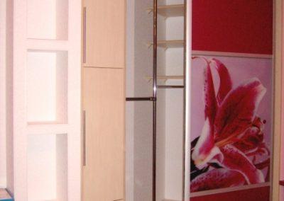 1988. Малка гардеробна ниша затворена с плъзгащи врати със стъкло лакобел червен и принт стъкло по поръчка
