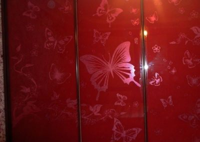 1989. Гардероб по поръчка с плъзгащи врати стъкло лакобел червен декорирано с пеперуди матирани в същия цвят