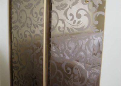 1993. Малка гардеробна ниша затворена с плъзгащи огледални врати с принт орнаменти по поръчка