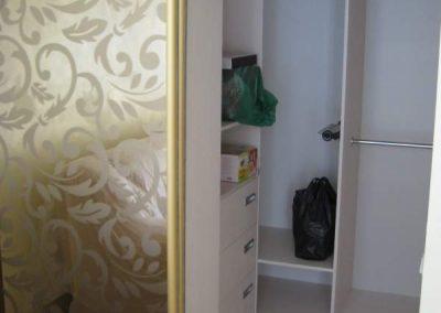 1994. Малка гардеробна ниша затворена с плъзгащи огледални врати с принт орнаменти(поглед отвътре) по поръчка