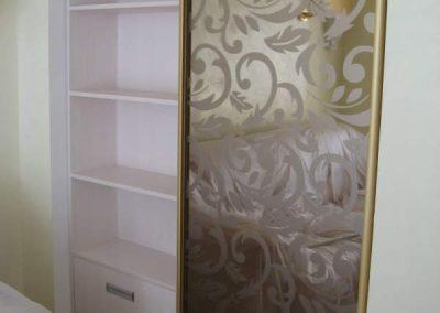 1995. Малка гардеробна ниша затворена с плъзгащи огледални врати с принт орнаменти(поглед отвътре) по поръчка