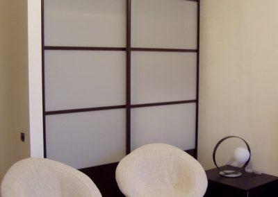 1996. Гардероб по поръчка с плъзгащи врати стъкло лакобел бял и ПДЧ и рамки орех