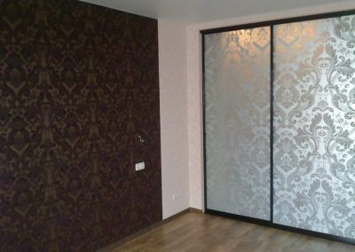 1999. Ниша преградена с плъзгащи врати матирано стъкло с принт елементи по поръчка